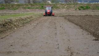 トラクターで耕起
