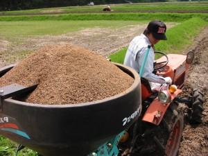 有機肥料を散布中